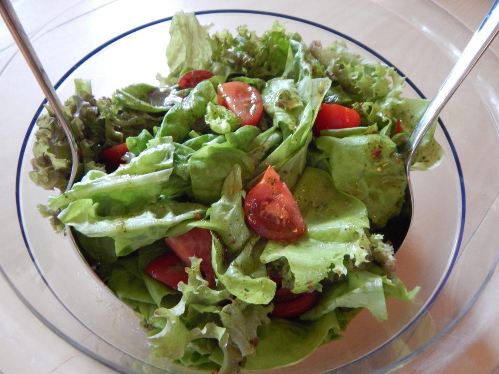 Der erste eigene Blattsalat von meinem Nasch-Balkon ;-)