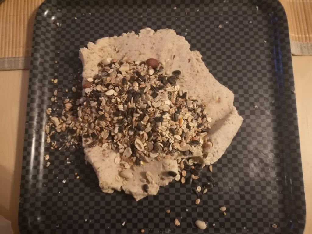 Erdnussbutter-Futtermasse mit Körnerfutter gemischt